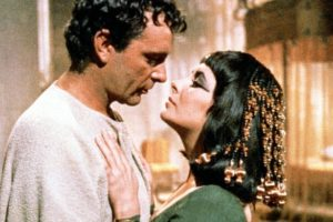 Richard Burton e Liz Taylor, rispettivamente Marco Antonio e Cleopatra.